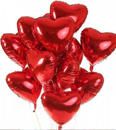 Красные воздушные шары в виде сердца