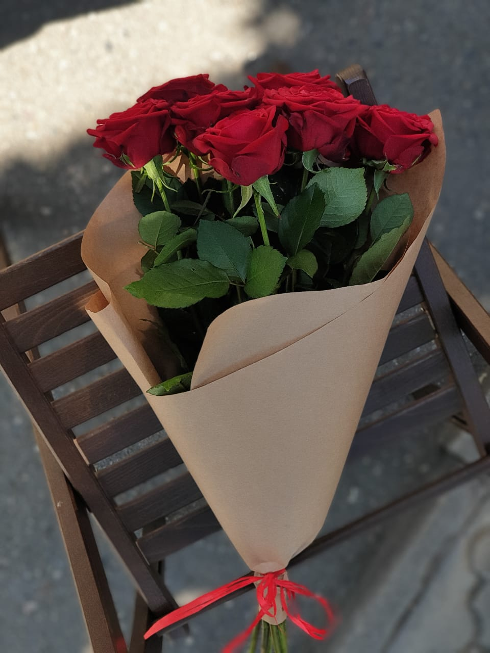 Букет красных роз, оформление в крафт бумаге из 7 шт.