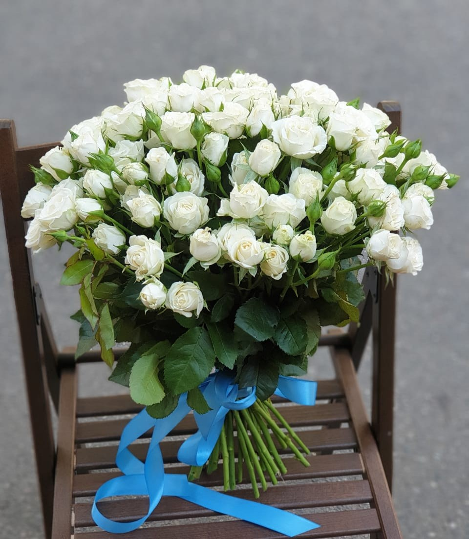 Большой букет мелкоцветной пионовидной розы