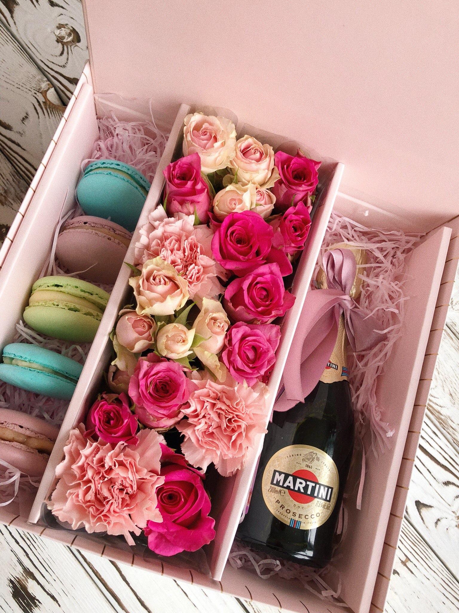 Большая корзинка с цветами, сладостями и Martini
