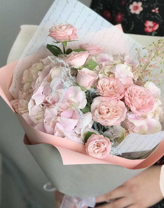 Нежно-розовый букет с розами (бомбастик) и гортензией