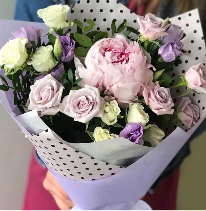 Букет с пионами, розами и эустомой