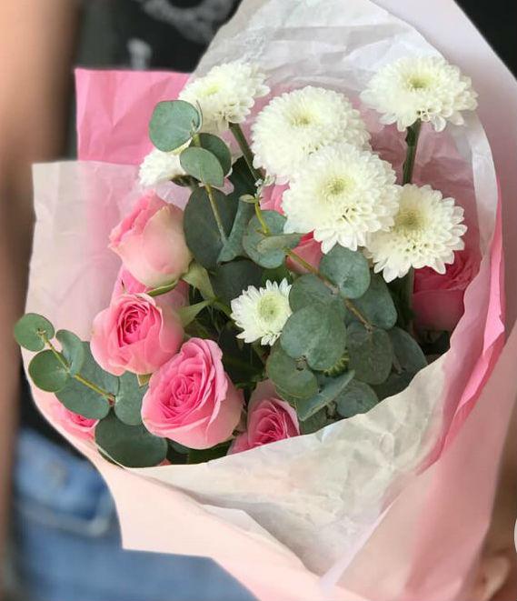 Букет из кустовой розы, хризантемы и эвкалипта