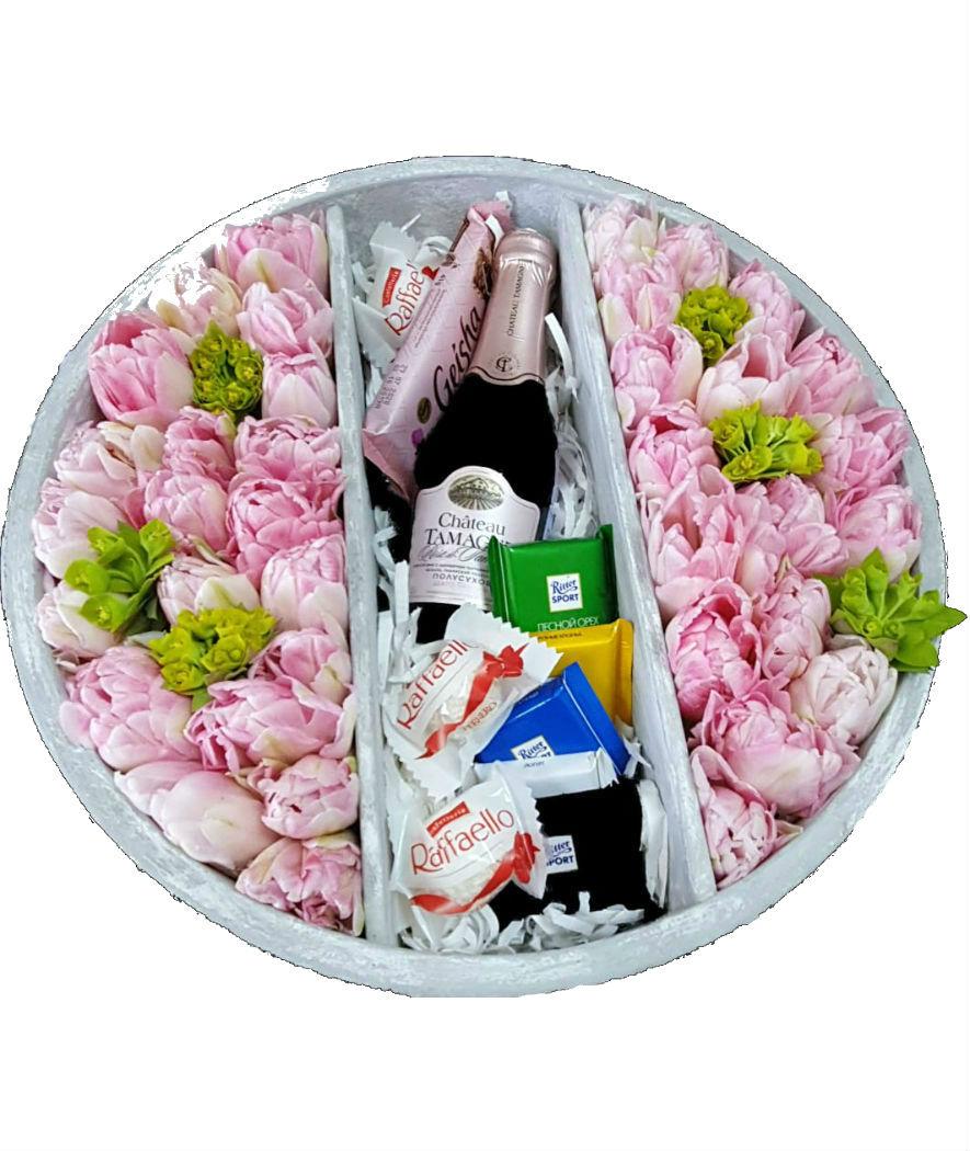 Большая корзинка с цветами, сладостями, шампанским