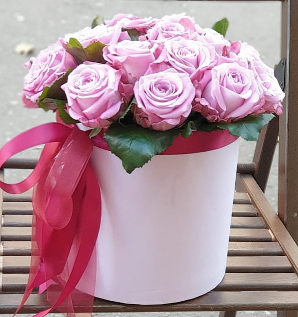 Цветы в коробке 19 сиреневых роз