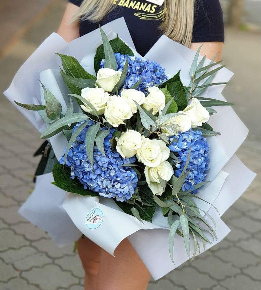 Букет из гортензии с белыми розами